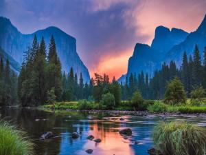 Los rayos del sol iluminan el paisaje de montaña