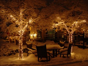 Luces de Navidad brillando en la nieve