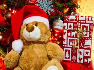 Oso de peluche bajo el árbol de Navidad