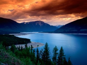 Hermosa vista del lago Upper Arrow (Columbia Británica, Canadá)