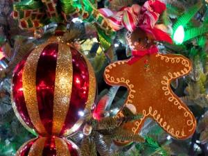 Galleta de jengibre colgada en el árbol de Navidad