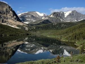 Un pequeño lago en las montañas