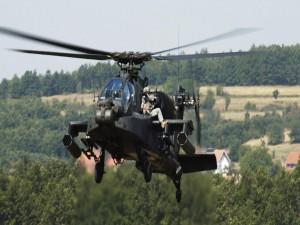 Soldado en un helicóptero AH-64D Apache