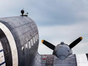 Primer plano de un avión de combate
