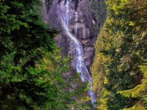 Deslizamiento del agua por la ladera de la montaña