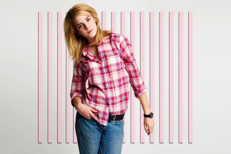Emma Watson con una camisa rosa y blanca