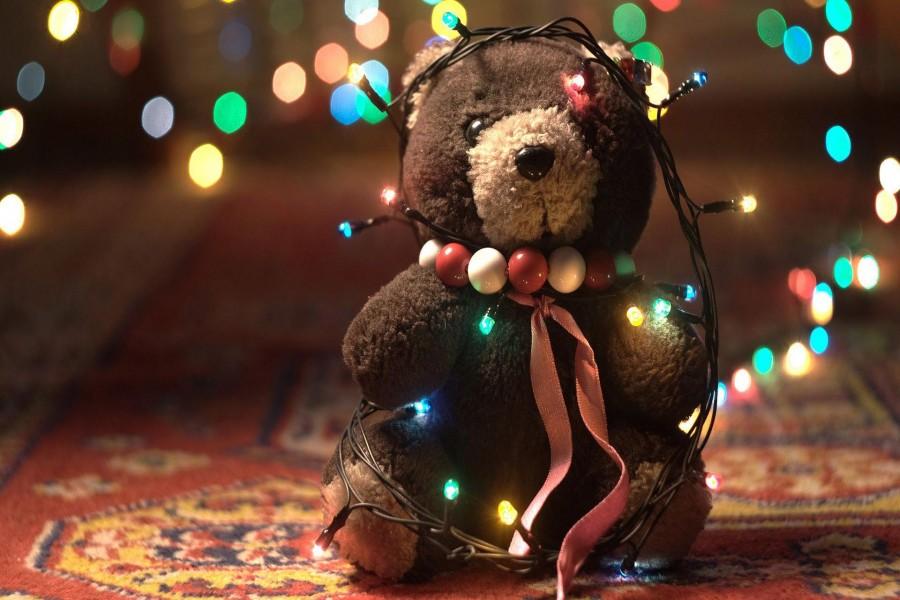 Oso de peluche cubierto de luces de Navidad