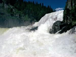 Río con una gran corriente