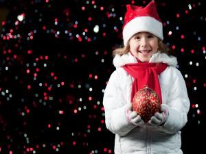 Una niña feliz en Navidad
