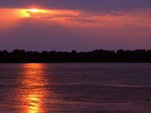 Amanece sobre el río Misisipi