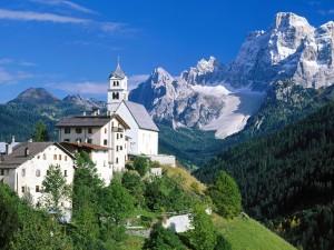 Pueblo junto a las montañas
