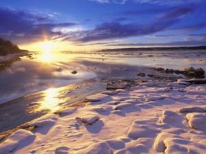 Sol iluminando el paisaje nevado