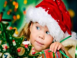 Una niña con adornos de Navidad