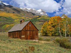 Caseta de madera bajo las montañas