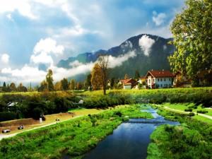 Casas junto al río y unas montañas