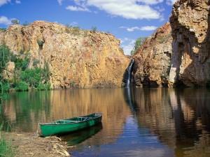 Barca junto a una cascada