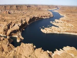 Río serpentea entre las rocas