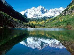Montañas nevadas reflejadas en el lago