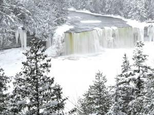 Invierno en las cascadas Tahquamenon (Michigan)
