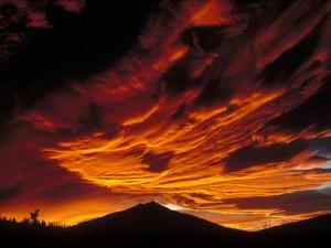 Cielo nuboso sobre la montaña