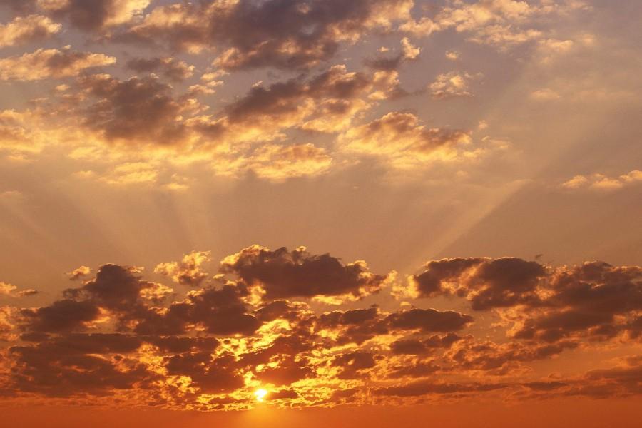 Rayos de sol entre las nubes