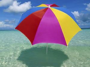 Sombrilla de colores en el mar