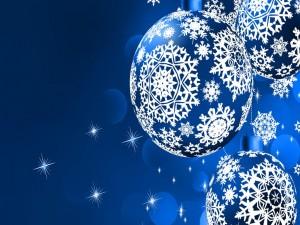 Bolas de Navidad azules con adornos blancos
