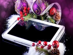 Tablet con adornos navideños