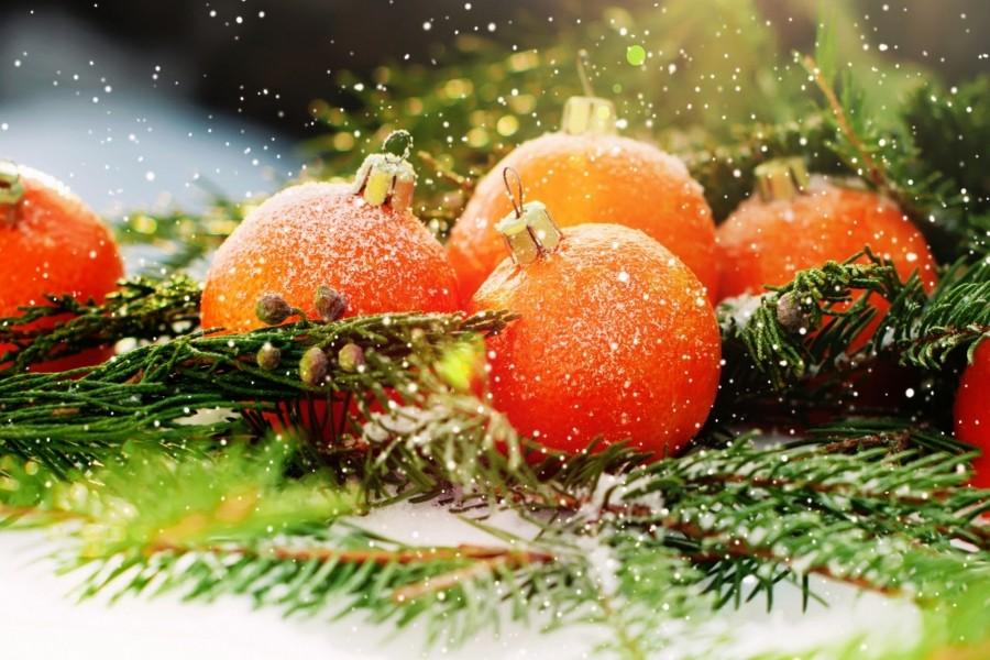 Copos de nieve caen sobre bolas de Navidad