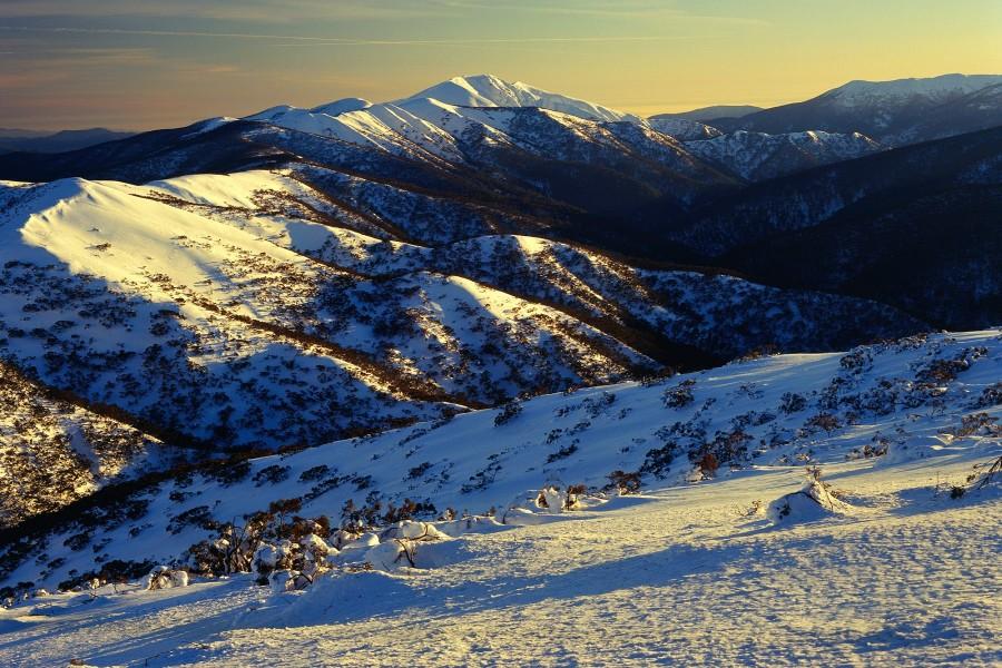 Sol sobre la nieve de las montañas