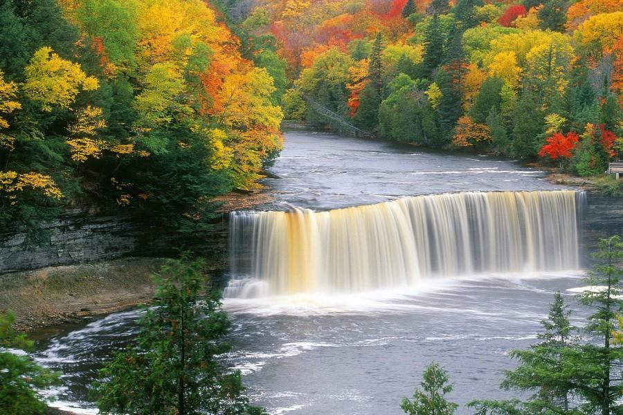 Otoño en las cascadas Tahquamenon (Michigan)