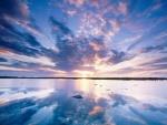 Hermoso cuelo reflejado en el lago