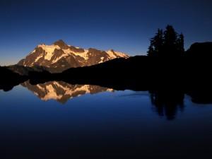 Monte Shuksan reflejado en el lago
