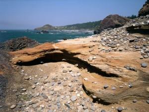 Roca erosionada en la costa