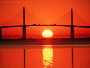 Sol bajo el puente Sunshine Skyway (Tampa Bay, Florida)