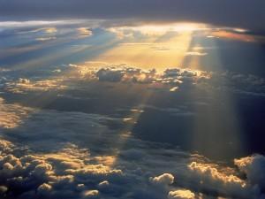 Rayos de sol iluminando el cielo