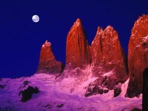 Luna sobre las Torres del Paine (Patagonia chilena)