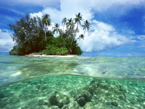 Agua cristalina junto a la isla