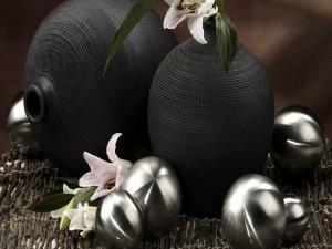 Decoración navideña con bolas plateadas