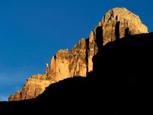 Montaña rocosa iluminada por el sol
