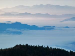 Mar de nubes entre las montañas