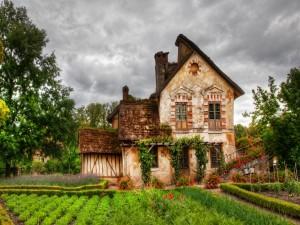 Antigua casa junto a un huerto