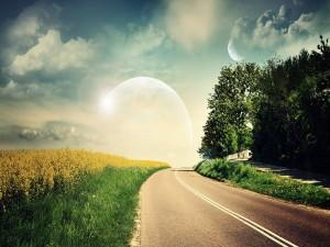 Luna que se levanta al final de la carretera