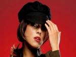 Modelo con una gorra negra