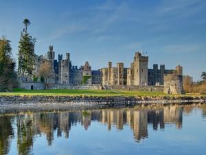 Castillo de Ashford reflejado en el lago Corrib (Condado de Mayo, Irlanda)