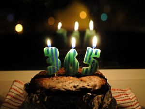 Pastel con velas para celebrar los días del año