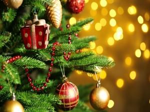 Adornos de Navidad en un pino