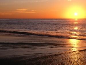 Radiante sol iluminando la playa