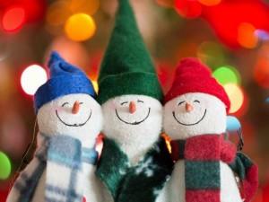 Tres muñecos de nieve alegres