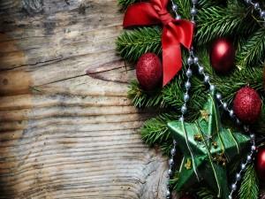 Rama de abeto decorada para las fiestas navideñas